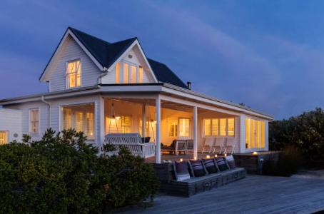 maison blanche avec porche