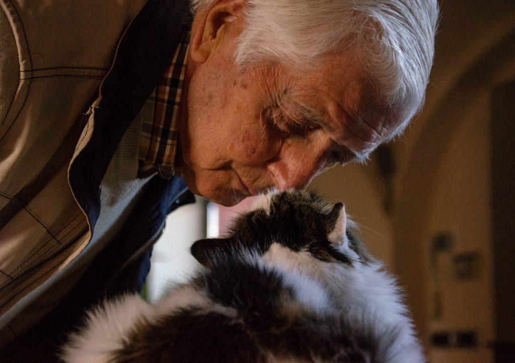 senior avec son chat